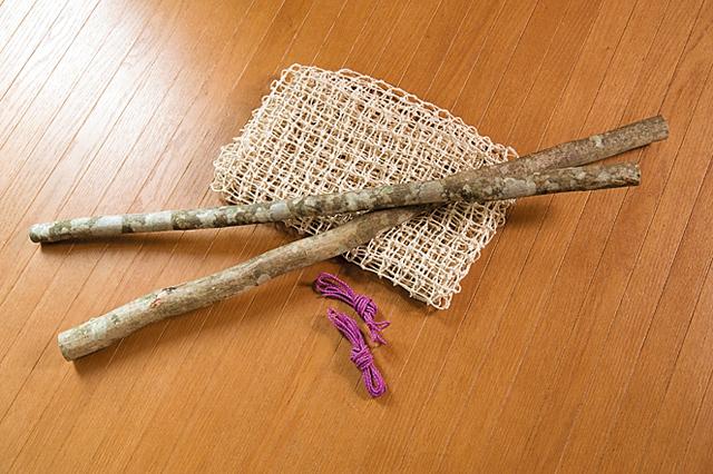 ネットは綿で、(肩幅+30㎝)×身長分の大きさを用意(手芸店などで買える)。枝は、自分の座高ぐらいの長さのものを2本。折れにくい硬めの枝を選ぶこと。直径3㎜の細びきロープ3mと2mを各1本。