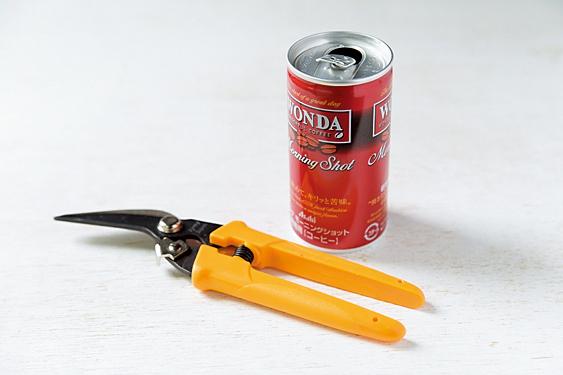 コーヒーの空き缶をひとつ。アルミは軟らかいのでスチール缶を使用。缶切りばさみかキッチンばさみを用意。