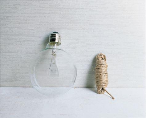 白熱電球/直径95㎜(または125㎜)のボール電球でクリアタイプがおすすめ。ホワイトタイプでも、中のパーツを取り除いた後、さいばしとティッシュペーパーを使って白い塗装を拭けばOK。麻ひも/約5m。道具は、先端が細長いラジオペンチと、マイナスドライバーを用意。