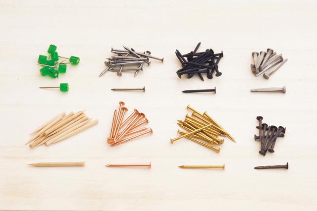 上段右から、断面が四角い角くぎ。ヨーロッパのアンティークくぎだが、日本在来のくぎももとはすべて角だった。カラーくぎ、一般的な鉄丸くぎ、緑色のプラスチック部分が頭代わりになり抜きやすい仮留め用くぎ。下段右から、角くぎ、真鍮丸くぎ&銅丸くぎ、どちらも飾りくぎと呼ばれ、打つ素材と合わせて装飾用に使われる。竹くぎは竹串を使って自作。