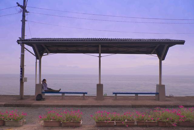 JR予讃線・下灘駅(愛媛県)は、ホームから海が見渡せる。
