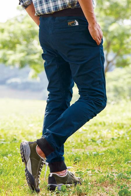 ストレッチ素材は足元がしまって見え、美脚効果抜群。ひざも動かしやすい。