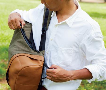 左肩のショルダーをおろしてパックを体の前へ。この状態でも中身が出し入れできるファスナーの配置になっている。