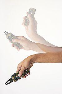 慣れると、振り下ろしてプライヤーをすばやく出せる。ロック内蔵なので、安全に作業できる。