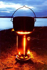 上部の頑丈な五徳は、ダッチオーブンをのせても問題なし。火を燃やすと、本体の四面に象られたシンボルが美しく浮かび上がる。