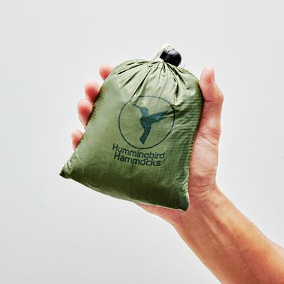 内蔵の袋に収納するパッカブル仕様。生地はペラペラだが、耐荷重はなんと140kg!!カップルで寝転んでも大丈夫だ。