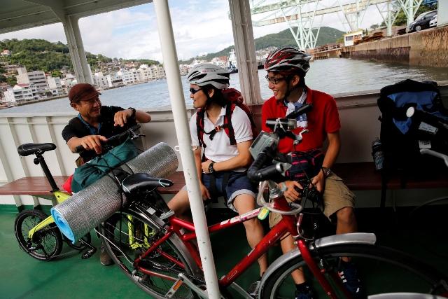 _D3_7317渡船の中で大学生と会話