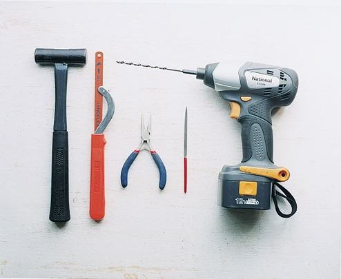 (右から)電動ドリル。約4〜5㎜の穴をあけるための刃も用意する。 金ヤスリは目が細かいものを使う。 細かい作業に対応できる小さめのペンチ。ノコギリは金属が切れる 金切りノコギリ。ハンマーは釘が打てるよう、ヘッドが金属製のものを準備する。