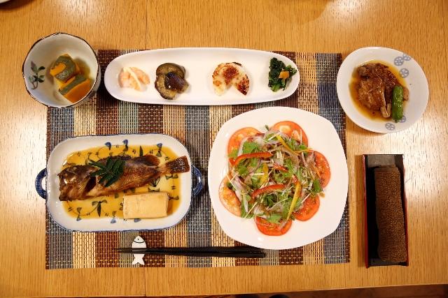 「小さなお宿 輪空」の夕食。魚と野菜が豊富で疲れた身体を癒してくれます。