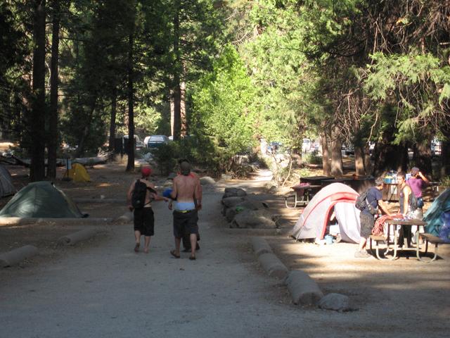 テント類はいまどきのものだが、このキャンプ場に流れる空気は60-70年代のままって感じ。若いクライマーたちは岩から戻ってくると、上半身裸のまんまでたむろしてビール飲んでました。(2010年9月末撮影)