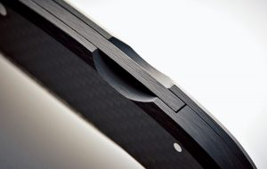 ブレード固定部品もカーボン製でガタつきなし。