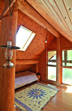 2階は壁際に1個ずつベッドが並ぶ。「ここで寝るのは犬と俺。嫁さんは別棟で寝てるから世帯人数は1人と2匹」(笑)