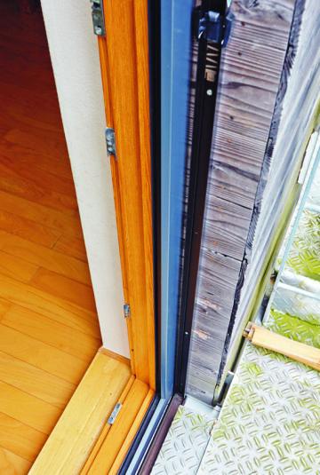 外壁と内壁の間に天然の断熱材ウッドファ イバーをふんだんに用いている。難燃性が高 く、防音効果に優れた自然素材だ。