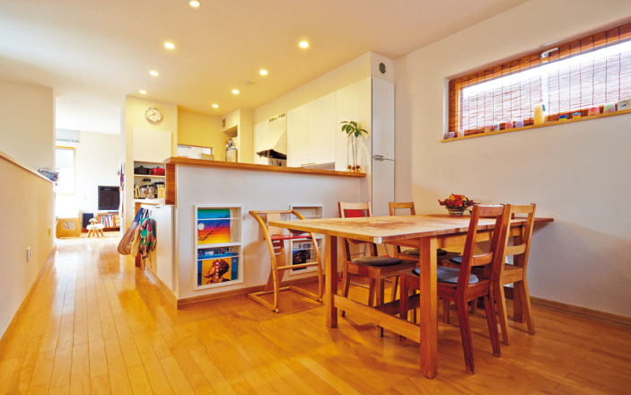 ㎡の2階フロア。手前からダ イニング、キッチン、リビング。 リビングに設置した6畳用エアコ ン1台で冷暖房をまかなっている。