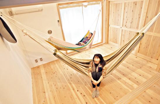 2階。頑丈なフックが天井から出ており、ハンモ ックを吊るせるようになっている。