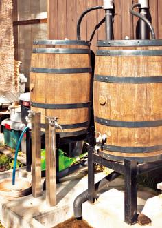 ウイスキーの樽を利用した雨水タンク。