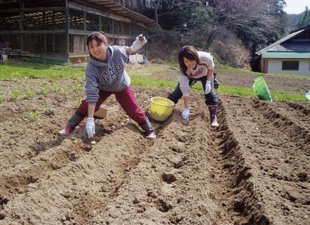 福島県鮫 さめ 川 がわ 村 むら のNPO法人あぶくまエヌエス ネットが主催する「大人の山村留学」。