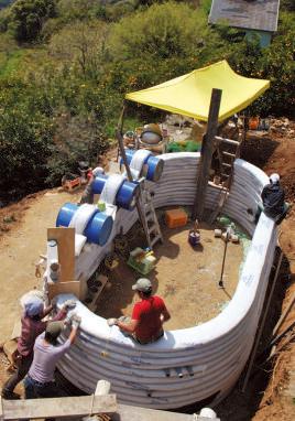 土嚢をくりぬき、ドラム缶 や木枠を組んだものをはめ込 み、窓や入り口を作る。