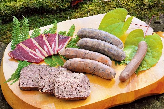 野生肉の加工品。左手前はイノシシのレバー入りのシカ肉とイノシシ肉のパテ。