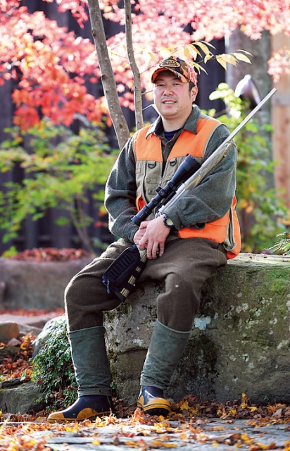 祖父の代から営む温泉『尚文』を兄とともに切り盛りしている阿部達也さん(39歳)。担当は地元食材の調達や調理など。27歳のときに猟師デビュー。