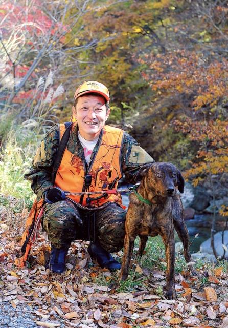 小澤孝太さん(39歳)。病気療養で知られる増富温泉『金泉閣』館主。2013年3月、猟師デビューた。愛犬はプロット・ハウンド。