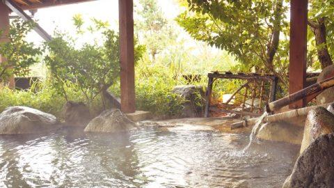 共同露天風呂のひとつ「松の湯」。午後3時から午前9時まで、何度でも利用できる。シャンプーやボディソープも備わっている。