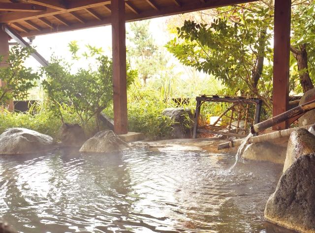共同露天風呂のひとつ「松の湯」。午後3時から午前9時まで何度でも利用できる。シャンプーやボディソープも備わっている。