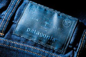 ウエスト部のパッチにはロゴとともに、創業年やORGANIC COTT ON使用の証が刺繍されている。