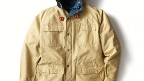 アウトドアアウターののスタンダード。ジャケットの上に着てもよし。 こちらはV-タン×ネイビーの配色。