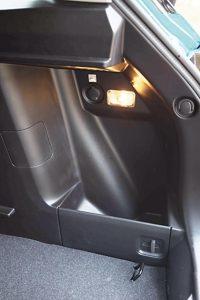ラゲッジのサイドにはアクセサリーソケットやルームランプも。暗い場所での作業やモバイル機器などの充電に便利