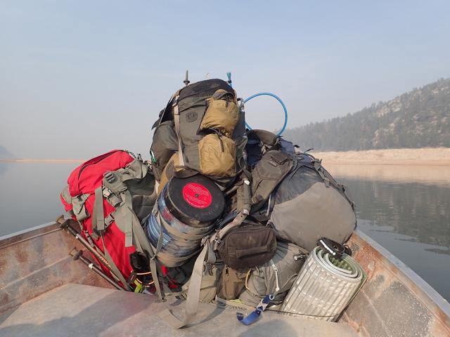 荷物を満載にした4人乗りボート