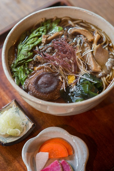 ひら茸と春菊の蕎麦(1,200円)。こちらは季節ごとに変わるメニューで、12月末まで。
