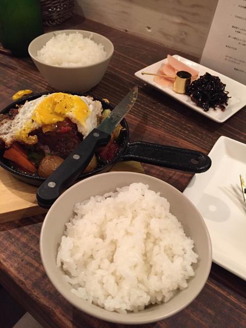 「シカとイノシシのジューシーハンバーグ」。シカとイノシシの旨味あふれる美味しさに、たえられずご飯を頼んでしまった……。