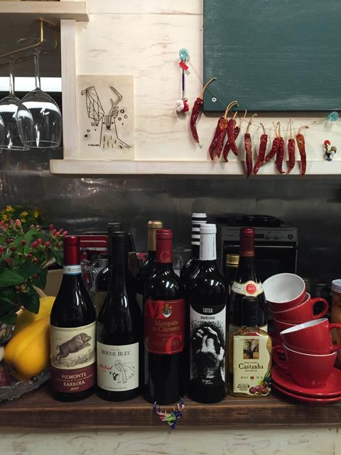 ワインのラベルもジビエにちなんだものが並ぶ