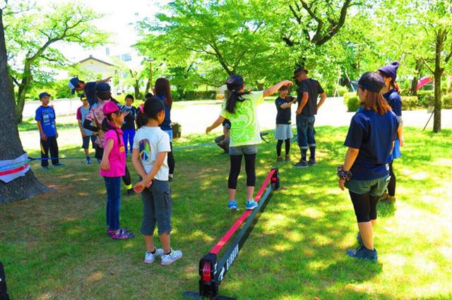 南アルプス市の児童館で月1回、子ども向けに開催されているYMSのメンバーによるスラックラインスクールの様子