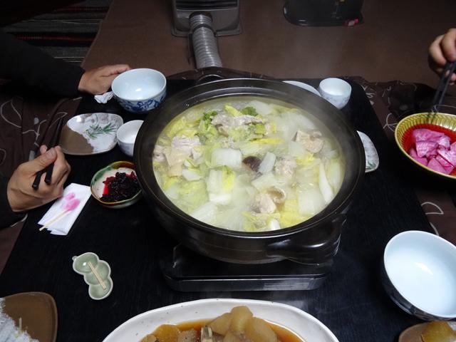 自家製の白菜と椎茸、豚肉、春雨がたっぷりの鍋♪ ゴマ油と塩をかけて頂くシンプルな味付けだが、クセになるおいしさ!