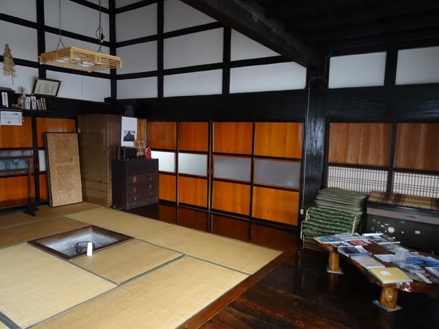 囲炉裏部屋。梁の太さが建物の素晴らしさと歴史を物語る。