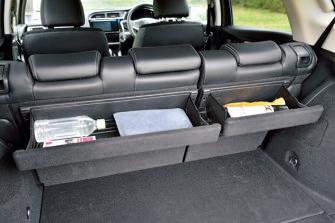 ➡後席の背もたれの後 ろに折りたたみ式のポットが付く(タイプ別設定)。ラゲッジ側からも取り出しやすい。
