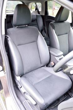 ヘッドレストやサイ ドサポートにレザー調 素材を使用(タイプ別 設定)。上質で耐久性 に優れたシートだ。