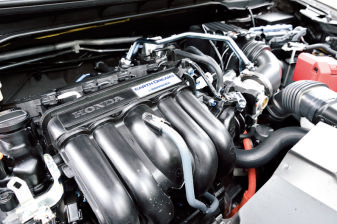 扌ベース車のフィットと同じ、最 新世代のハイブリッドシステム。発進時は基本的にモーター走行だ。