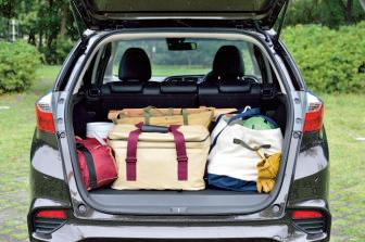 ラゲッジ容量は570 ℓ。低床設計(地面か ら開口部の床下まで 54㎝)で、重い荷物の 積み下ろしもしやすい。