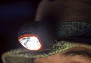 帽子のつばにはワイヤーが入り、形状を自由に変えられる。写真のように少し折り曲げるだけで、ヘッドライトの光が帽子のつばで遮られることはない。