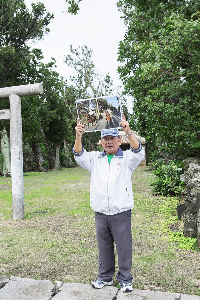 白保生まれの花城さんは、集落散策のガイド担当。手作りのフリップを使った丁寧な説明で、集落のアレコレを教えてくれる。