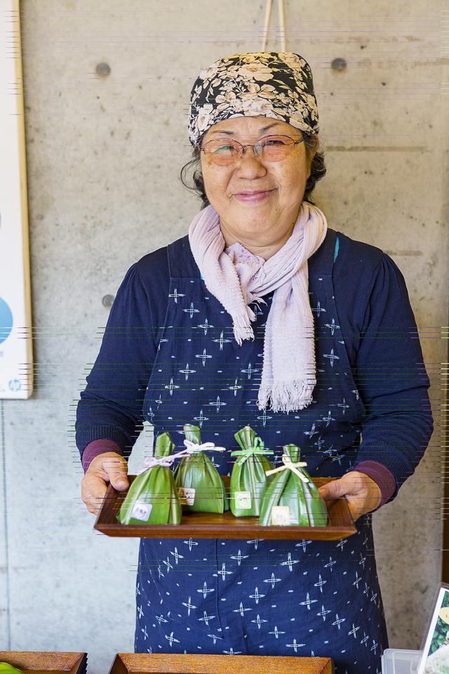 香りのいい月桃の葉っぱに包まれたおにぎり。黒紫米やモチキビなどを使っている。