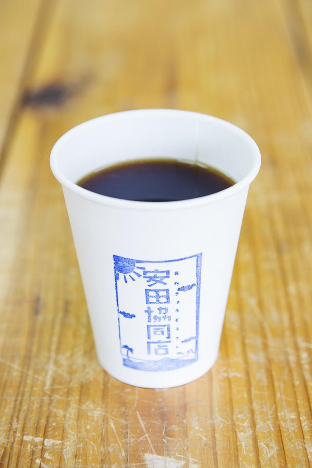 自家焙煎コーヒーは人気商品。出勤前や漁の帰りに地元の人が飲みに来る。
