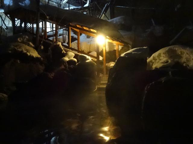 みなかみ町には日帰り温泉が45湯もあり、毎晩、違う温泉に連れて行ってもらえる(送迎無料)。どこの温泉かは到着までのお楽しみ♪