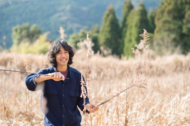 テンダー、こと小崎悠太さん。3人の家族と自給的な暮らしを実践しつつ、執筆、講演、ウェブサイトの構築なども展開。自身のサイト「ヨホホ研究所」ではさまざまな生活技術を発信!
