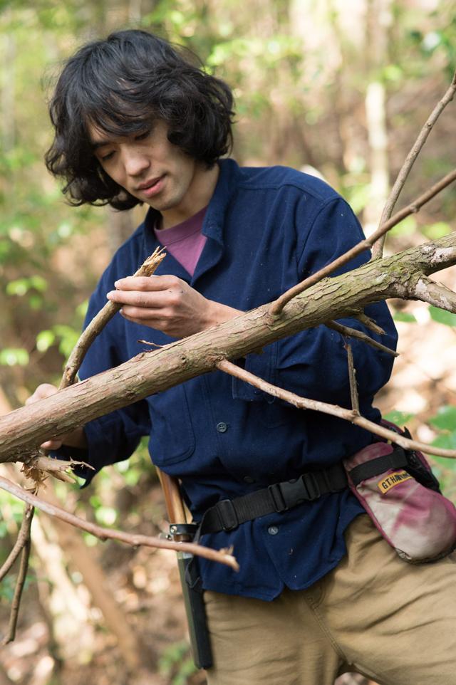 枯れたスギから手頃な太さの枝を採集。「乾いていても、一度腐ったものは火つきが悪い。削ってみて菌類の匂いではなく爽やかなスギの香りがするものがいいですね」