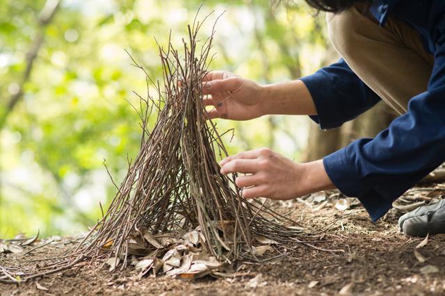 第二段階。4〜8㎜程度の枝を重ねる。