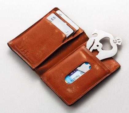 さわずか1㎜のカードサイ ズだから、常時持ち歩く財布や定期入れに入れておける。